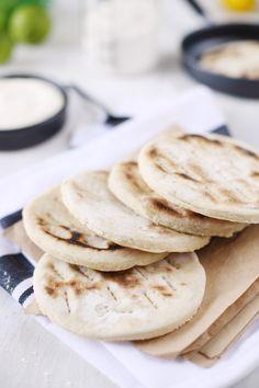 Les pains polaires nous viennent de Suède. C'est un pain plat, cuit à la poêle que l'on utilise par deux pour en faire des sandwichs. Avec des crudités,