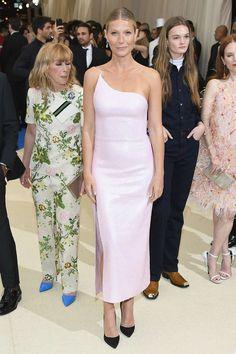 Gwyneth Paltrow con un vestido asimétrico rosa de Calvin Klein by Appointment en gala met 2017
