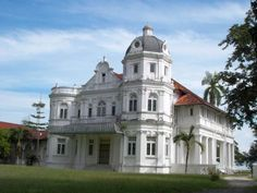 My single favourite old mansion in Penang. Imagine the life it had. Gin and tonics anyone? Colonial Exterior, Old Mansions, Second Empire, Classical Architecture, Romanesque, Coastal Style, Old Houses, Edwardian Era, Victorian