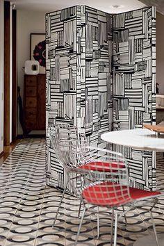 Não vale a pena construir uma parede, então, para separar parcialmente os ambientes, use um biombo, que tem visual leve e divertido. Produção de Suzel Fontes