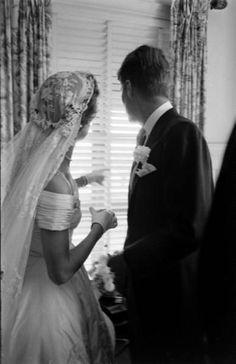 Jacqueline Bouvier and John Kennedy, 1953 Jackie Kennedy Wedding, Jackie Kennedy Style, Jacqueline Kennedy Onassis, Caroline Kennedy, John Kennedy, Les Kennedy, Familia Kennedy, Jaqueline Kennedy, John Junior