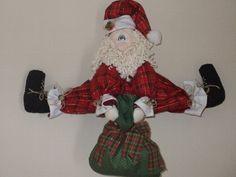 Papai Noel em tecido 100% algodão. Pode ser usado para pendurar na porta  ou sentado. Cor predominante: Vermelho R$75,00