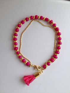 Pink and gold beaded bracelet with chain and tassel Pulseira rosa corrente e tassel