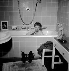 War correspondent Lee Miller taking a bath in Hitler's own bathtub, inside his abandoned apartment. The photo was taken on the same day that Hitler committed suicide. Munich, Germany - April (I find the pic of hitler in the tub interesting) Lee Miller, Man Ray, Steve Mccurry, Robert Doisneau, James Nachtwey, Vogue Photographers, Photo D Art, Louise Bourgeois, Iconic Photos