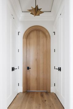 Check out this amazing design idea for my next entryway remodel! I love the statement arch timber door complemented by the pretty timber floor, white walls and black handles for a nice pop! Arched Interior Doors, Arched Doors, Arch Interior, Interior And Exterior, Modern Interior Doors, Interior Design, Door Design, House Design, Timber Door