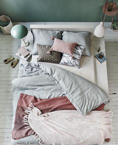 Cama con ropa de cama revuelta. #bedroom