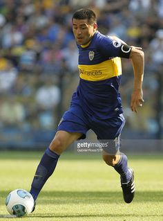 Juan Roman Riquelme of Boca Juniors drives the ball during a match between Boca Juniors and Tigre as part of round 15th of Torneo Inicial at Alberto J. Armando Stadium on November 10, 2013 in Buenos Aires, Argentina.
