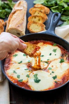 Baked Mozzarella and Marinara Dip Marinara sauce, spinach and fresh mozzarella cheese are all you need to make this easy three ingredient Baked Mozzarella and Marinara Dip! Cheese Appetizers, Appetizer Dips, Yummy Appetizers, Appetizers For Party, Appetizer Recipes, Tapas Party, Cheese Dips, Cheese Food, Cheese Plates
