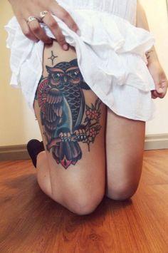 Tattoo Eule auf Oberschenkel Frau