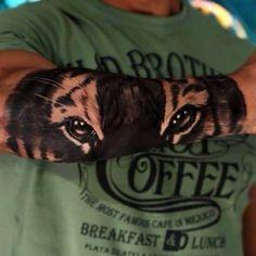 Una impresionante mirada en blanco y negro, dibujada con una precisión digna de admirar por el tatuador Silvano Fiato en la parte externa del brazo de un h