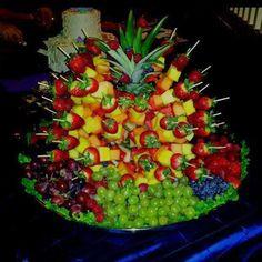 frutas espetadas no abacaxi