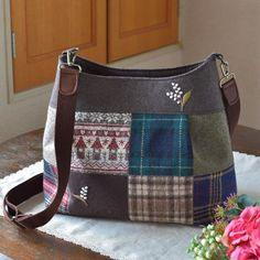 久しぶりにウール地をパッチワークみたいにツギハギして作ったバッグ。 あったか〜い雰囲気になりました。