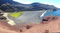 El charco de los Clicos, Yaiza, Lanzarote. Es una laguna conectada al mar por grietas subterráneas, separada del mar por una playa de arena. Su color verde se debe a la presencia de gran cantidad de organismos vegetales en suspensión.