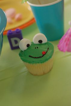 frog cupcake ~ gonna make these for my nephews! :)