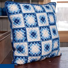 White and blue granny square cushion Crochet Pillow Cases, Crochet Cushion Cover, Crochet Cushions, Granny Square Häkelanleitung, Granny Square Crochet Pattern, Crochet Squares, Granny Squares, Crochet Car, Diy Crochet And Knitting