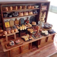 «展示用のパン屋さん。 手前のテーブルのパンを以前のものから作り変えました。  まだ少し変えるかもしれません(笑)  3/20の大阪アート&てづくりバザールにて展示します。  是非ご覧になってくださいね。…»