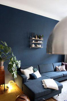 Blaue Wand Im Wohnzimmer Mit Midcentury Holz Und Bolia Couch