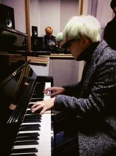 "Daegu babies playing the piano is what we needed :"") also mint hair yoongi is my favorite concert always Suga Suga, Min Yoongi Bts, Min Suga, Bts Taehyung, Bts Jungkook, Namjoon, Yoonmin, Foto Bts, Taekook"
