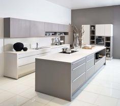 <p>Deze greeploze keuken imponeert door haar tijdloze elegantie. Bovenkasten en open kasten, alsook onder- en zijkasten worden perfect gecombineerd in hetzelfde strakke design.</p>