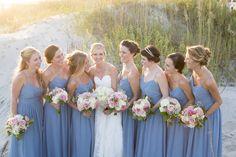 Taubenblaue Brautjungfernkleider, perfekt für eine Strandhochzeit | http://www.hochzeitsplaza.de/real-weddings/traditionelle-hochzeit-im-bootshaus-kristen-und-will | Foto von Ellen LeRoy Photography | #realwedding #hochzeit #inspiration #brautjungfern