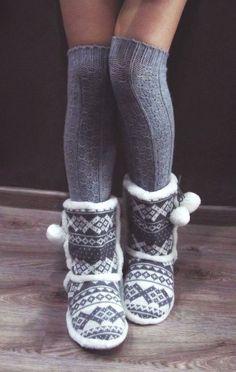 Grey slippers with the leg warmers gotta get some. Grey Slippers, Cute Slippers, Knitted Slippers, Slipper Boots, Home Fashion, Autumn Fashion, Cosy Socks, Warm Socks, Fluffy Socks