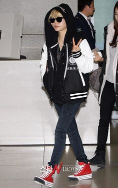 Sunny ; cool airport fashion