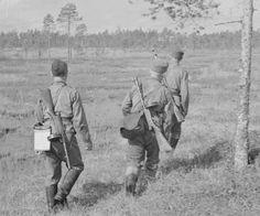 Suomalainen partio etenee suolla Rukajärvellä vuonna 1942.