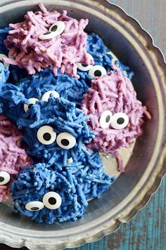 These spooky haystacks are all dressed up for Halloween! 2 simple ingredients and candy eyeballs are all you'll need to make these easy Hair Monster Cookies that kids of all ages will love. Halloween School Treats, Halloween Goodies, Halloween Desserts, Easy Halloween, Halloween Stuff, Halloween Party, Best Cookie Recipes, Best Dessert Recipes, Fun Desserts