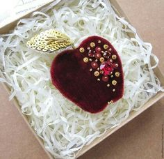 Bead Embroidery Jewelry, Ribbon Embroidery, Embroidery Designs, Beaded Jewelry, Jewellery, Felt Brooch, Beaded Brooch, Brooches Handmade, Handmade Jewelry
