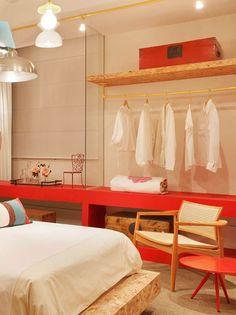 Cama, estantes e prateleiras feitas com tapumes de obras (Placas OSB) e tubulações aparentes pintadas