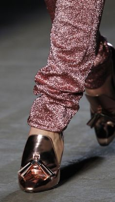 sparkly luxe pants only even shinier metallic shoes can complement ^^ Fashion Details, Love Fashion, Fashion Beauty, Fashion Trends, Metallic Rock, Metallic Shoes, Semi Formal Attire, Mode Rose, New Years Eve Outfits