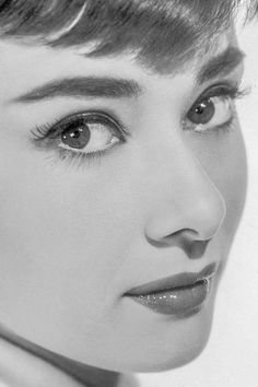 Audrey hepburn face in Audrey Hepburn Mode, Audrey Hepburn Photos, Audrey Hepburn Makeup, Aubrey Hepburn, Audrey Hepburn Fashion, Audrey Hepburn Children, Audrey Hepburn Drawing, Golden Age Of Hollywood, Classic Hollywood