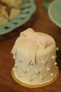 Mini bolo para casamento com laço e pérolas