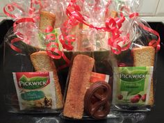 Traktatie voor de juf of meester: een theezakje, kaneelkoekje en een klein chocolaatje. Dit in een feestelijk zakje en je bent klaar voor je feest-dag!