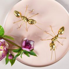 A set of two gold ants to add a touch of frivolousness to your vignettes.