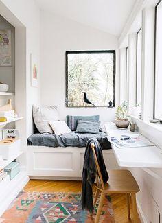 Estes ambientes pequenos tem algumas qualidades, mas conseguir decorar, guardar e manter a organização de tudo é mesmo um exercício. Vou lhe dar algumas ideias para fazer o pequeno espaço render muito mais e ainda ficar arrumadinho!