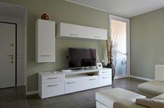 La parete che separa il salotto da cucina e zona pranzo è stata realizzata come una quinta al centro della stanza