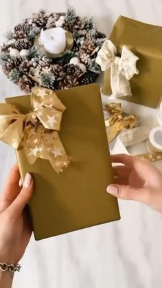 Diy Crafts For Gifts, Diy Arts And Crafts, Paper Crafts, Diy Bow, Diy Ribbon, Diy Gift Box, Paper Flowers Diy, How To Make Bows, Christmas Crafts