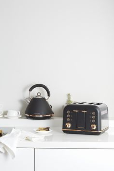 Accents Rose Gold kettle and toaster set in black finish by Morphy Richards Australia Accents Rose Gold kettle and toaster set in black finish by Morphy Richards Australia Rustic Kitchen, New Kitchen, 1940s Kitchen, Country Kitchen, White Appliances, Kitchen Appliances, Kitchen Benchtops, Black And Copper Kitchen, Copper Kitchen Accents