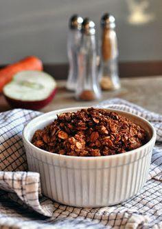 OWSIANE CRUMBLE MARCHEW-JABŁKO Przepis (jedna porcja): 2 marchewki 1 (małe) jabłko 20g masła szczypta soli 1 łyżeczka cynamonu 1 łyżeczka kardamonu 1 łyżeczka imbiru 20g mąki pełnoziarnistej 30g płatków owsianych marki Halina 1 łyżeczka cukru trzcinowego Piekarnik nagrzać do 180 stopni. Jabłko i marchewki umyć, obrać i pokroić w grubsze plasterki. Wymieszać z cukrem, przełożyć do kokilki. W osobnej misce przygotować kruszonkę: wymieszać mąkę, płatki owsiane, sól, cynamon, kardamon i imbir…