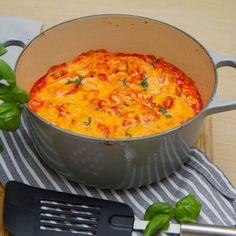 Slik lager du spaghettigrateng Skjær pølsene i ca 0,5 cm tykke skiver. Kutt løk, hvitløk, gulrot og paprika i smått. Stek grønnsakene i litt olje i noen minutter til løken begynner å bli myk og Macaroni And Cheese, Nom Nom, Spicy, Spaghetti, Curry, Food And Drink, Pizza, Ethnic Recipes, Board