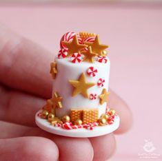Food for dolls. Polymer Clay Cake, Polymer Clay Dolls, Polymer Clay Miniatures, Handmade Polymer Clay, Dollhouse Miniatures, Polymer Clay Christmas, Miniature Christmas, Miniature Food, Miniature Crafts