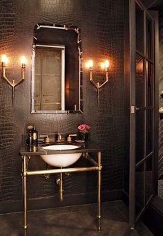 Couro na decoração: traz sensações de requinte e conforto. Banheiro com parede inteira revestida em couro preto.