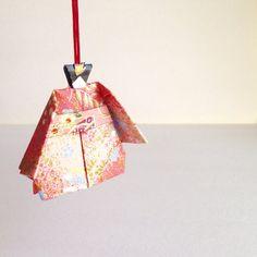 Etsy の 折り紙日本人形ストラップアクセサリー赤ピンク持ち運び可 by SelectShopNORA #origami #cute #thing #fun #Japan #doll #accessory