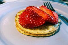 Pillanatok alatt tápláló, egészséges és látványos reggelit vagy nasit kreálhatunk az előző napi maradék kölesből, ami ráadásul annyira finom, hogy garantáltan imádni fogja az egész család.  Ennek a jó kis kölespalacsintának az elkészítése pofonegyszerű. A hozzávalókat… Pancakes, Breakfast, Recipes, Food, Meal, Pancake, Eten, Recipies, Meals
