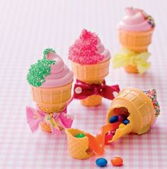 Fill cones with candies, pipe homemade marshmallow rosettes on top of cones. Tie a ribbon! RECUPIE OF MARSHMALLOW AT kidesrecipeskidsl. Party Treats, Party Snacks, Party Favors, Cake Pops, Homemade Marshmallows, Ice Cream Party, Cute Food, Cupcake Cakes, Pinata Cupcakes