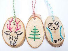 (kerst)hangers. Gaatjes maken met een boormachine en die borduren (hogere groepen)