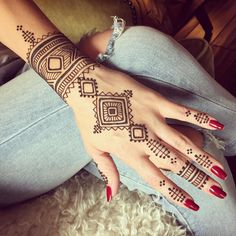 Rad design copied from a print out my client brought in. I really appreciated the modern Moroccan look. Nice for a change from my usual style.... #henna #mehndi #modern #Moroccan #bluelotushenna #pdxtattoo #pdxhenna #portland #handtattoo #hennachai #hennahub #mehnditation #inspirationalhenna