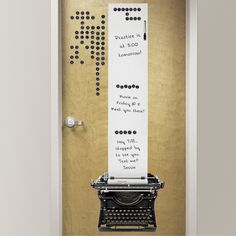 Grand panneau adhésif machine à écrire rétro. Effaçable à sec et repositionnable. Livraison possible en 48h