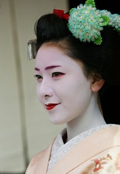 Maiko Makino (I think) wearing a lovely hydrangea kanzashi #ajisai #kanzashi #maiko